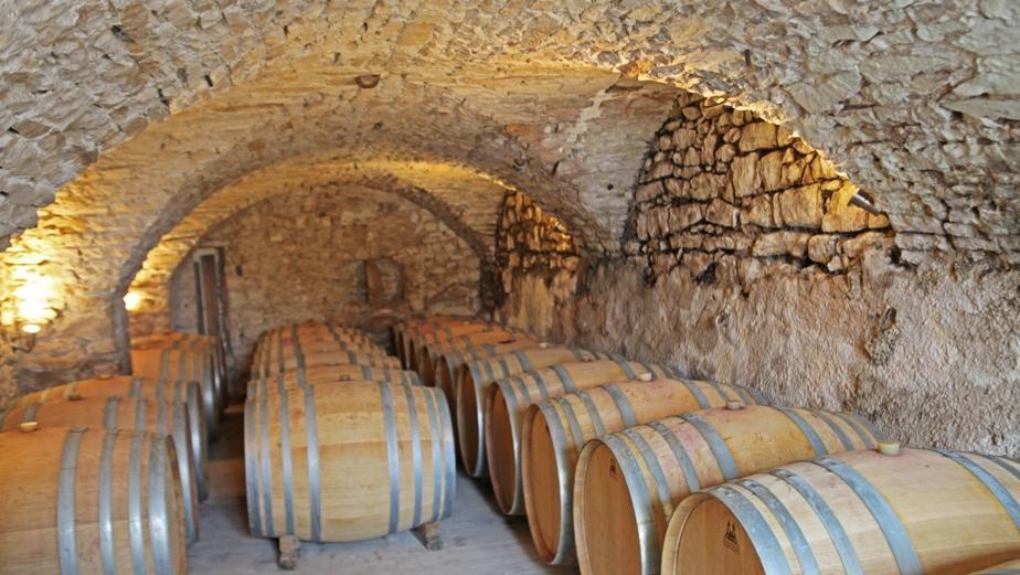 voute chai a barriques Chateau de Lancyre vignerons en AOC Coteaux du Languedoc Pic Saint Loup