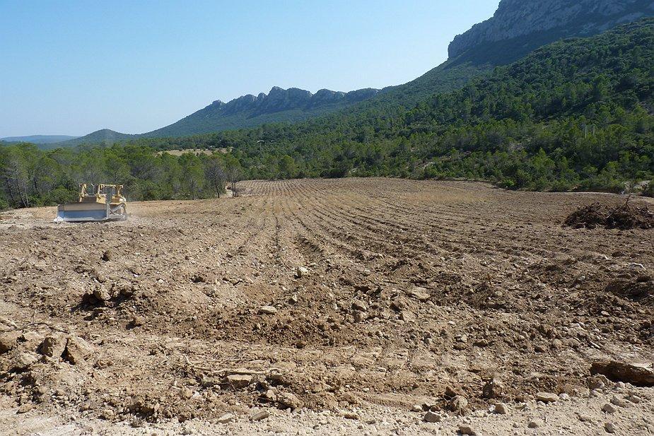 Préparation du sol avant plantation sous le Pic Saint Loup